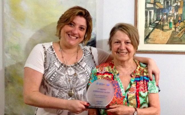 Hilda (direita) e Paula comemoram prêmio de inovação empreendedora na área da saúde.