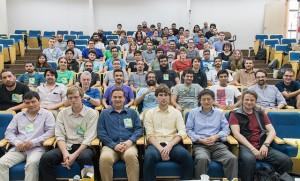 Alunos, palestrantes e organizadores da escola reunidos após uma das aulas.