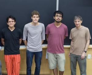 Três dos quatro alunos selecionados e Nathan Berkovits (diretor do ICTP-SAIFR) na entrega do Prêmio Jovens Físicos.