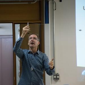 Atividade prática de matéria escura sendo ensinada na edição do ano passado